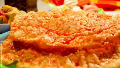 Foto de una masa frita que muestra las hojuelas con su receta