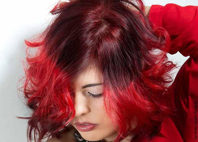 Foto de una modelo luciendo su pelo rojo que revela la mascarilla color