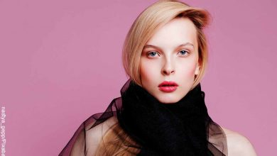 Foto de una modelo de cabello corto que muestra la mascarilla color