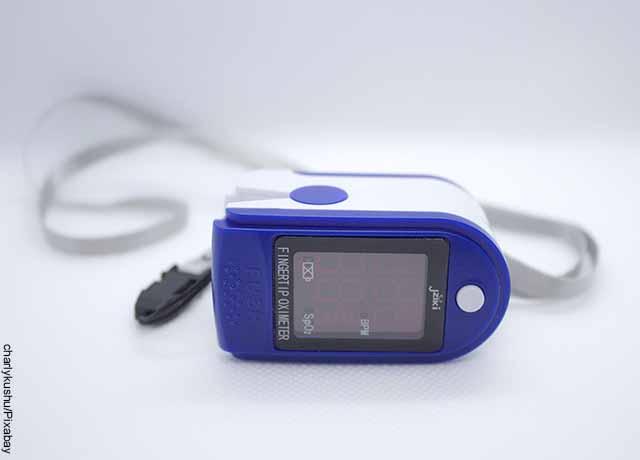 Foto de un aparato médico que revela el oxímetro para qué sirve