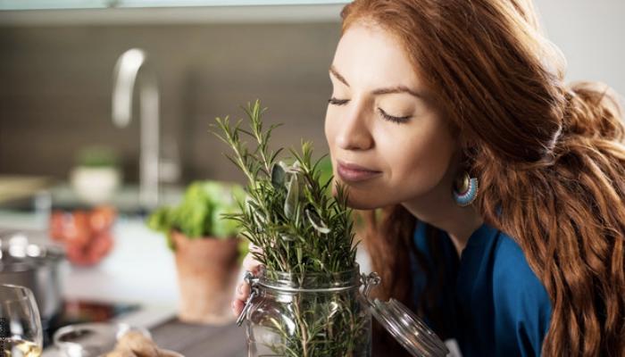 Foto de una mujer con hojas de romero