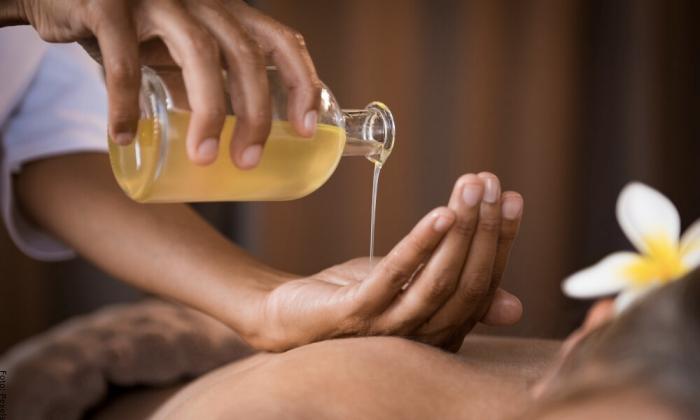Foto de mujer con aceite de romero
