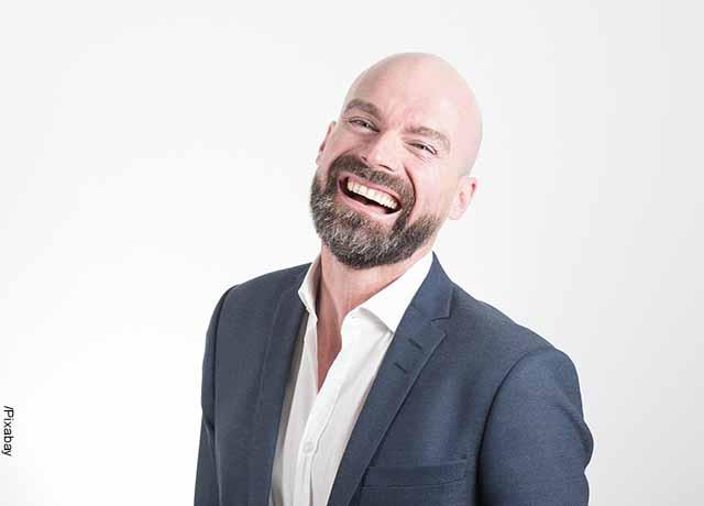Foto de un hombre riendo que muestra para qué sirve el ácido fólico