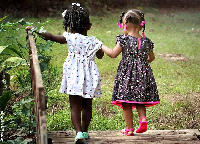 Foto de dos niñas caminando de la mano
