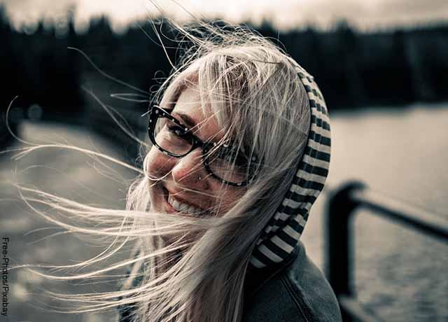 Foto del pelo de una mujer volando por el viento
