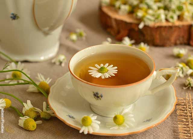 Foto de una taza de aromática con manzanilla