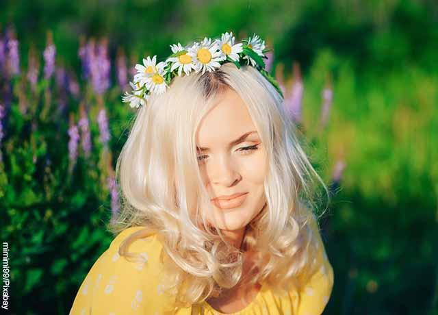 Foto de una modelo usando una corona de manzanilla