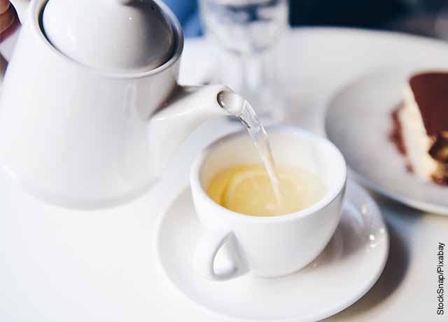 Foto de una taza de té que revela para qué sirve el agua tibia con limón