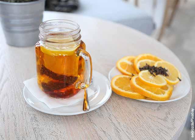 Foto de una jarra de agua y té con lima