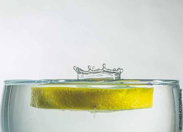 Foto de una rodaja de limón flotando