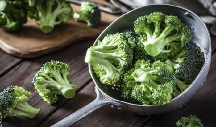 Foto de brócoli en un sartén