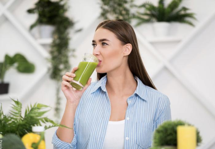 Foto de mujer tomando jugo verde