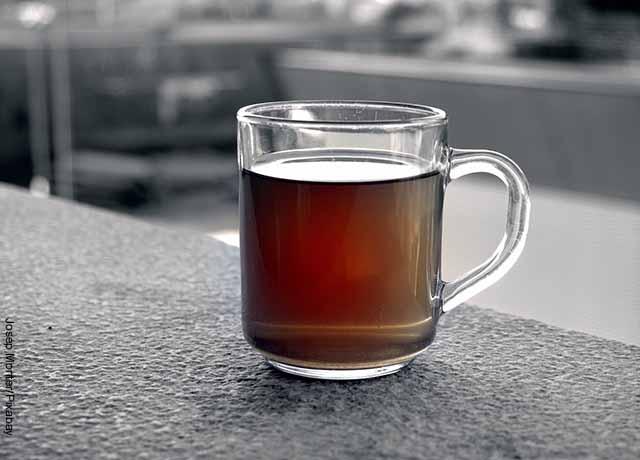 Foto de una taza de té que revela para qué sirve el poleo