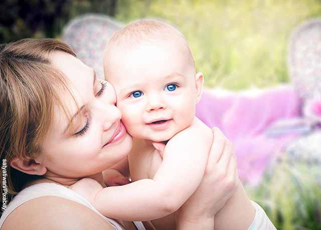 Foto de una madre alzando a su bebé