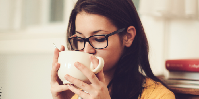Foto de mujer tomando té