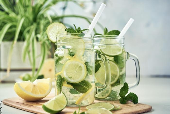 Foto de té de hierbabuena con limón