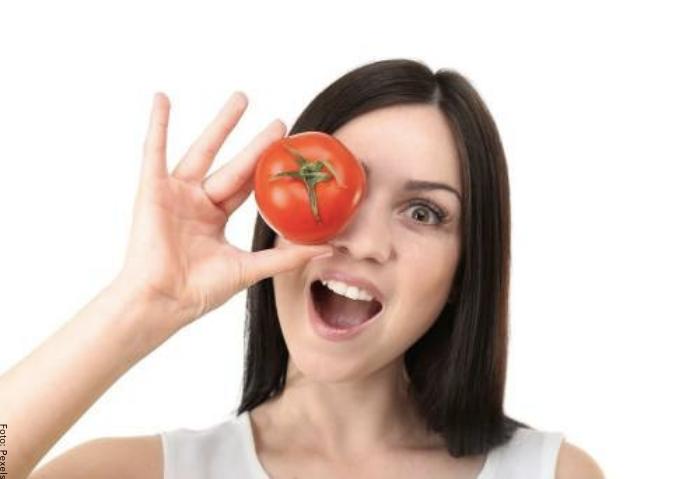 Foto de una mujer con un tomate