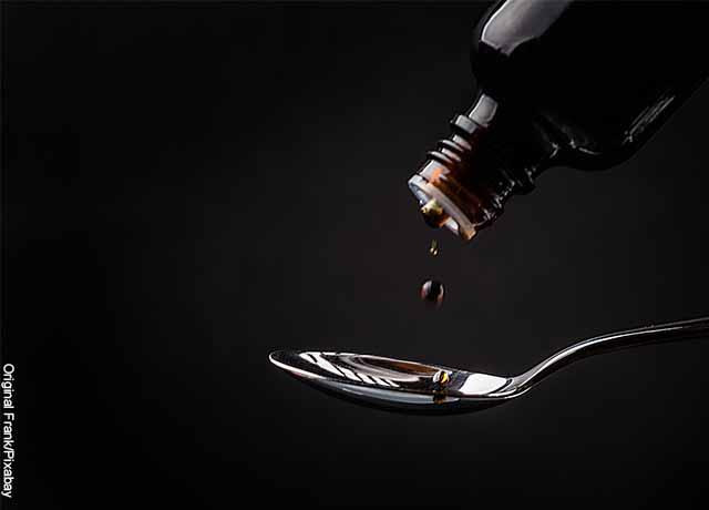 Foto de un jarabe para la tos servido en una cuchara