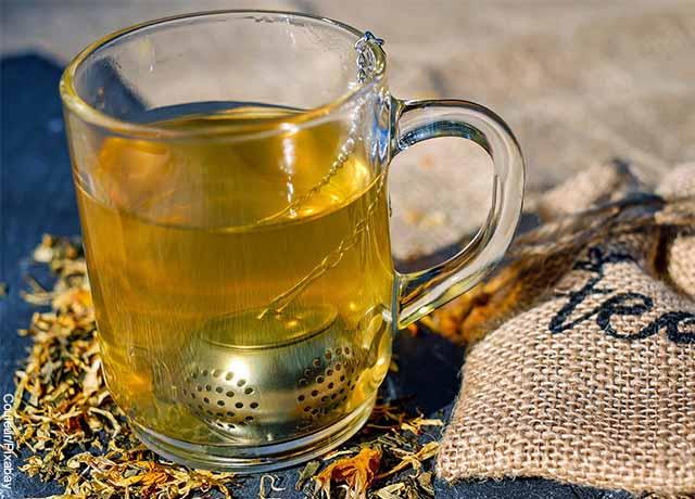 Foto de una taza de té amarillo