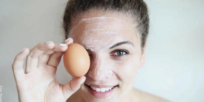 Foto de una mujer con mascarilla de clara de huevo