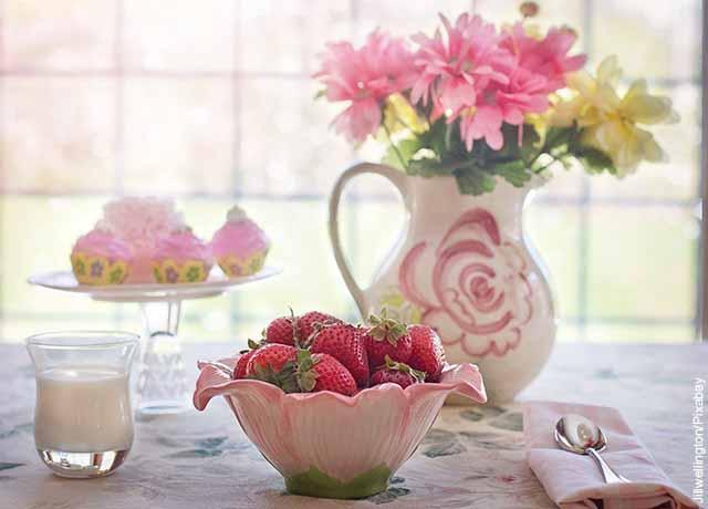 Foto de una mesa con leche y fresas servidas