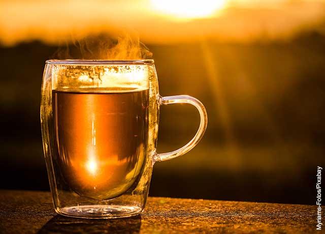 Foto de una taza de té al aire libre