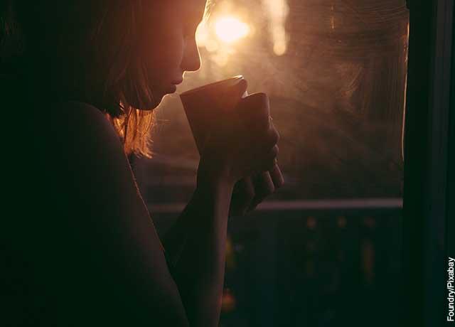 Foto de una mujer bebiendo un té de lechuga
