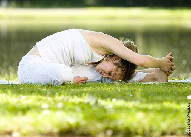 Foto de una mujer estirando tocándose los pies