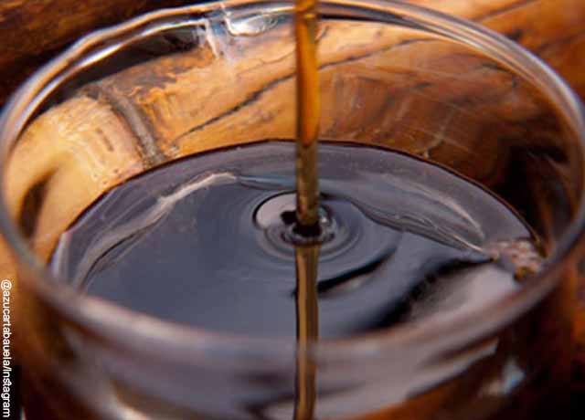 Foto de líquido viscoso cayendo a un recipiente de vidrio