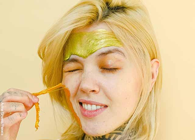 Foto de una mujer quitándose una mascarilla pegajosa que muestra para qué sirve la melaza