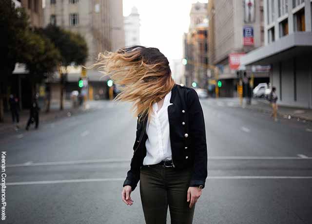Foto del pelo de una mujer volando por un ventarrón