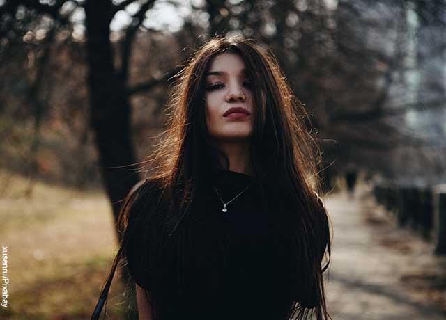 Foto de una mujer luciendo el cabello largo negro