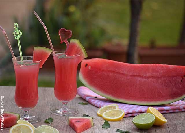 Foto de un juego de patilla, junto con una fruta completa y limones que muestra para qué sirve la sandía