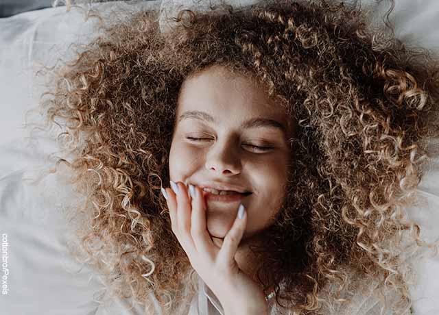Foto de una mujer tocando el rostro con sus manos que muestra para qué sirve la vaselina en la cara