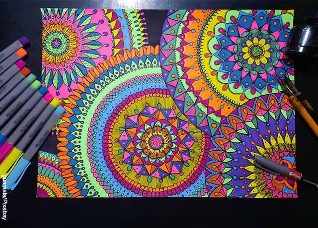 Foto de una mandala con plumones de colores