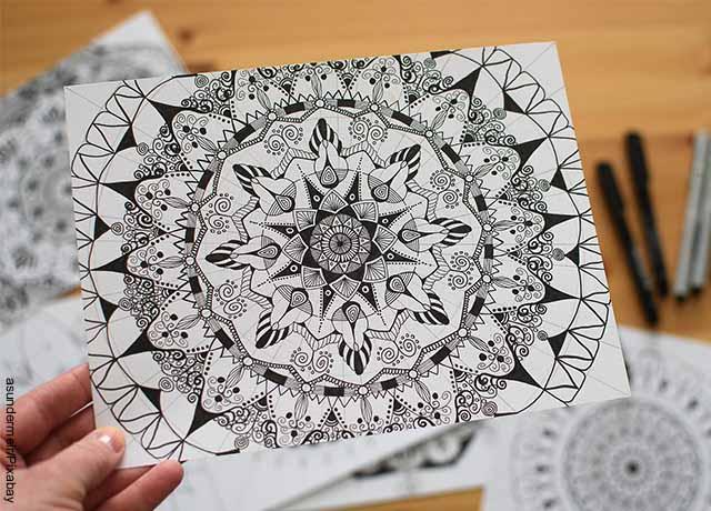 Foto de una mandala de flores en un papel