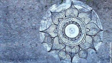 Foto de una mandala de flor azul sobre una pared que revela para qué sirven las mandalas