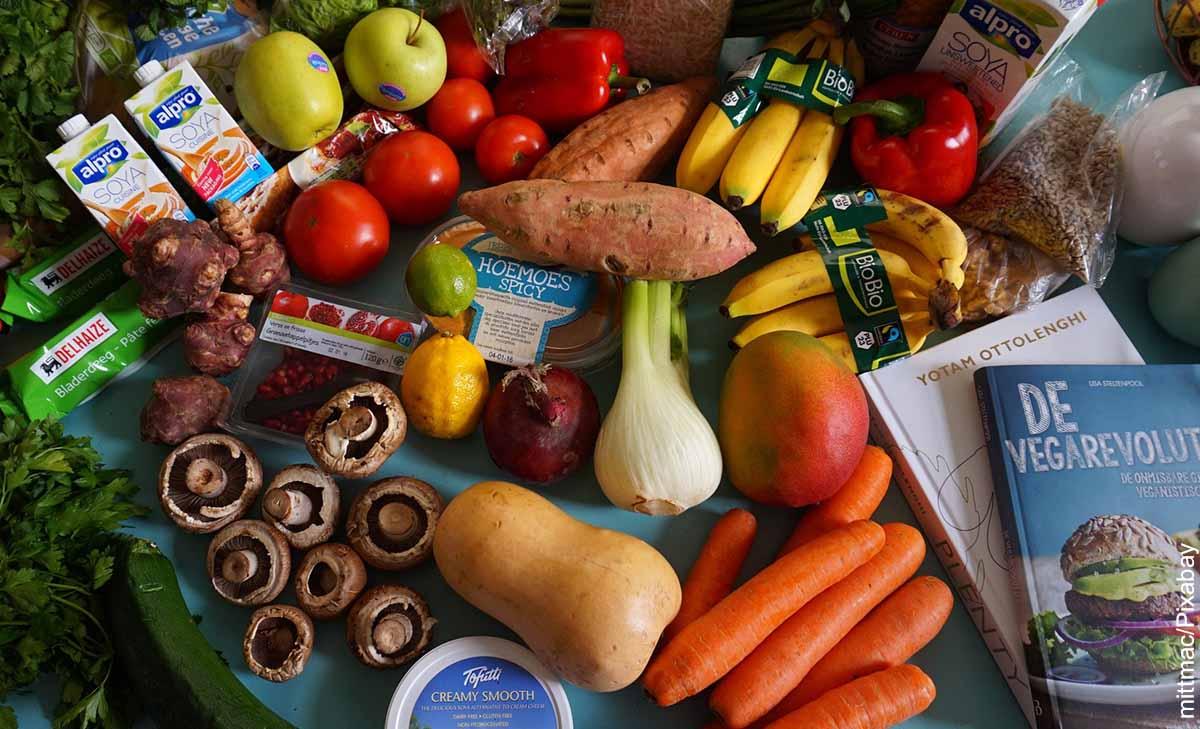 Foto de una mesa llena de verduras y frutas que revela para qué sirven los amioácidos