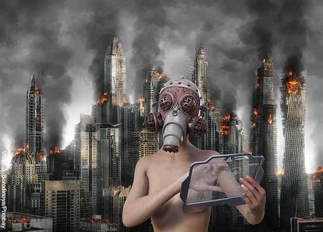 Foto de una persona con máscara y una ciudad incendiada