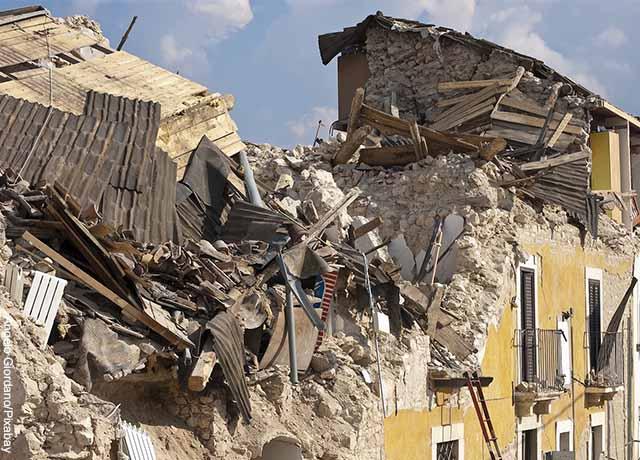 Foto de una cada destruida por un terremoto que revela qué significa soñar con el fin del mundo