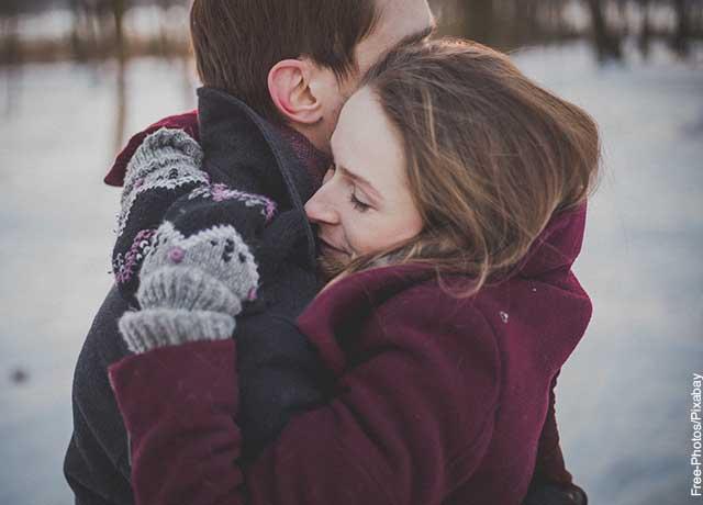 Foto de una pareja abrazada en invierno