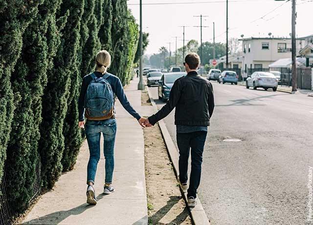 Foto de una caminando tomada de la mano