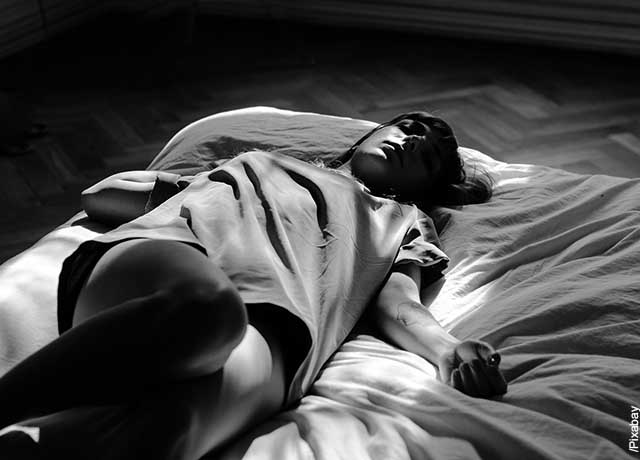 Foto de una joven dormida en su cama