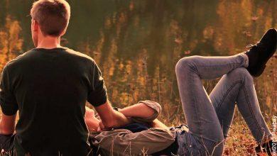 Foto de una pareja de novios sentados en un parque que revela lo que significa soñar con tu crush