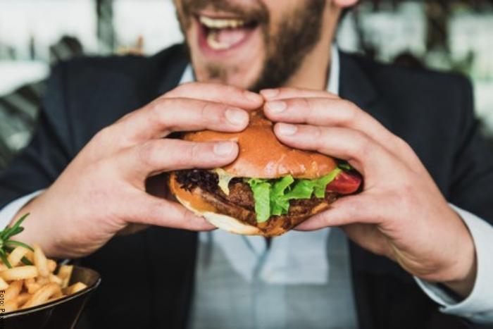 Foto de un hombre comiendo hamburguesa