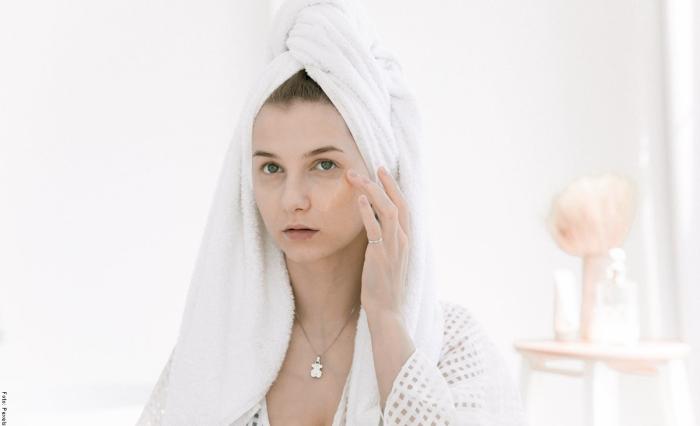 Foto de mujer aplicando crema