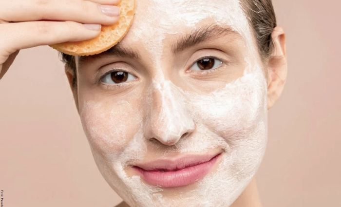 Foto de mujer con crema blanqueadora