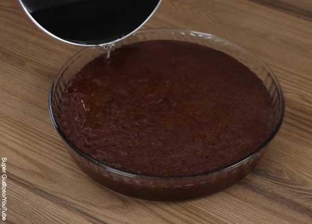 Foto de agua cayendo sobre una torta
