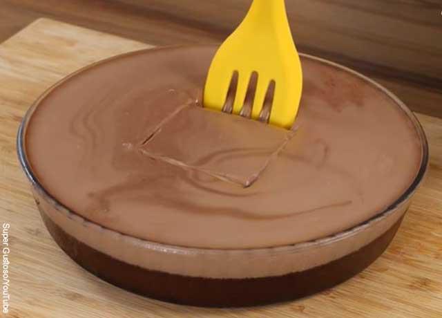 Foto de una torta de chocolate porcionada