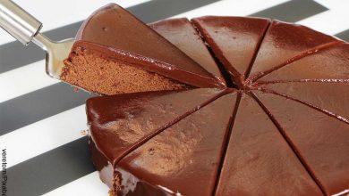 Foto de un ponqué porcionado que revela la receta de torta de chocolate